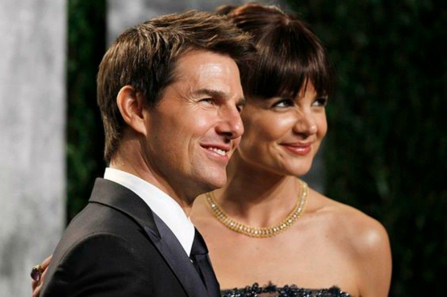 Actor Tom Cruise and his wife, actress Katie Holmes, arrive at the 2012 Vanity Fair Oscar party in West Hollywood, California February 26, 2012. REUTERS/Danny Moloshok (UNITED STATES - Tags: ENTERTAINMENT) (OSCARS-PARTIES) - RTR2YITS