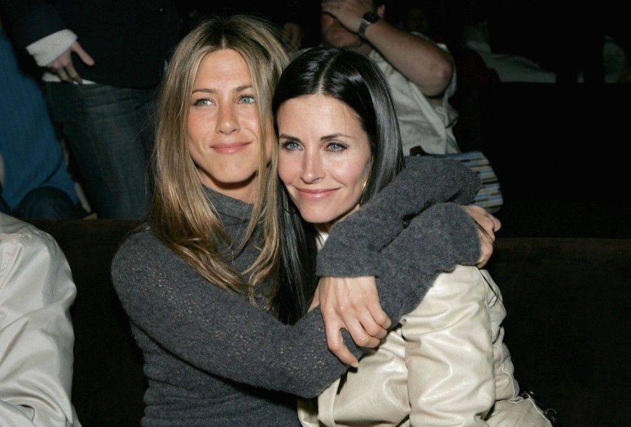 """LOS ANGELES, CA - APRIL 11: Actors Jennifer Aniston and Courteney Cox attend the after party at the L.A. premiere for """"The Tripper"""" held at the Hollywood Forever Cemetary on April 11, 2007 in Los Angeles, California. (Photo by Alberto E. Rodriguez/Getty Images)"""