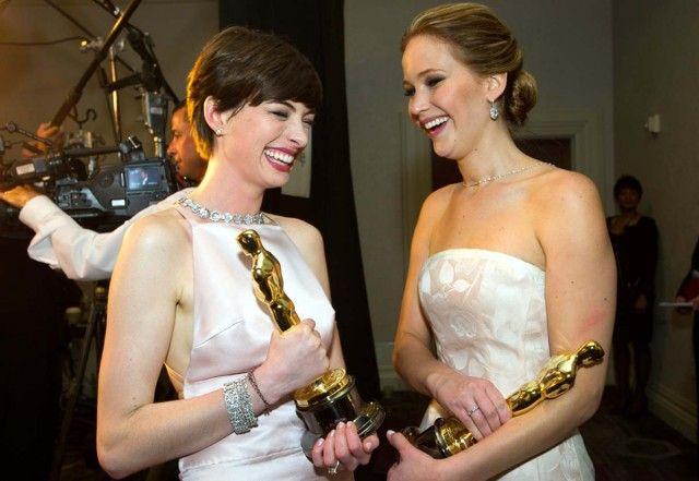 Anne Hathaway tiene in mano qualcosa... niente di meno che un bel premio!