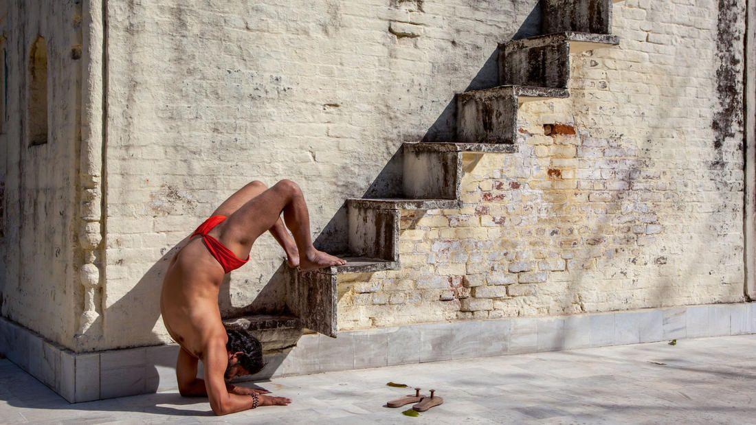 la-he-taschen-yoga-pg-20151208-013