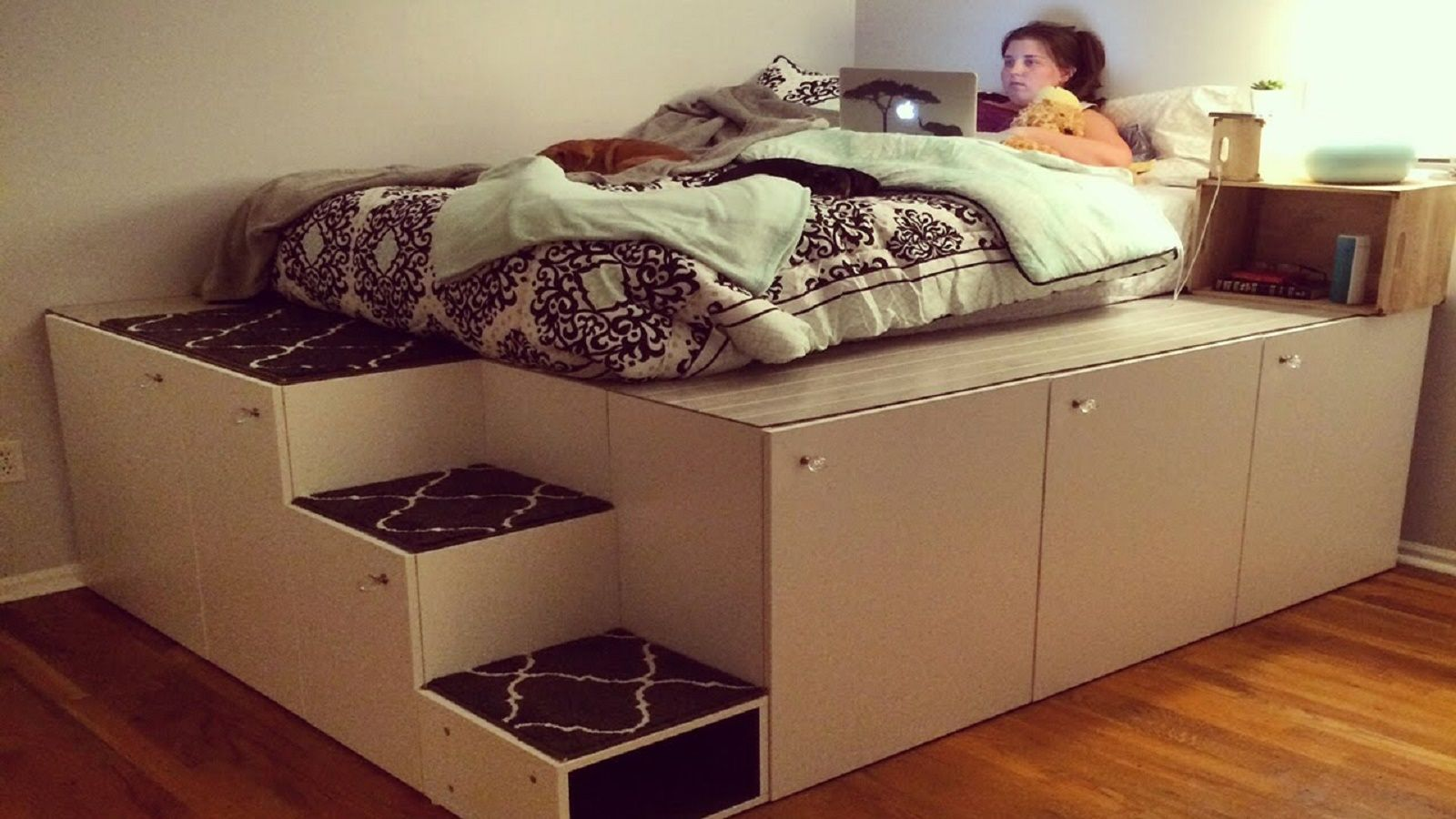 Letto Libreria Ikea : Il video per realizzare un letto con scaffali ikea bigodino