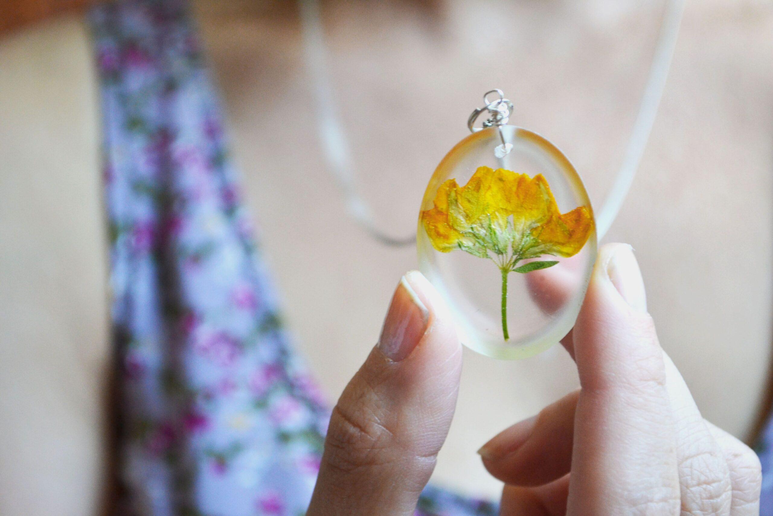 DIY gioielli con fiori e resina