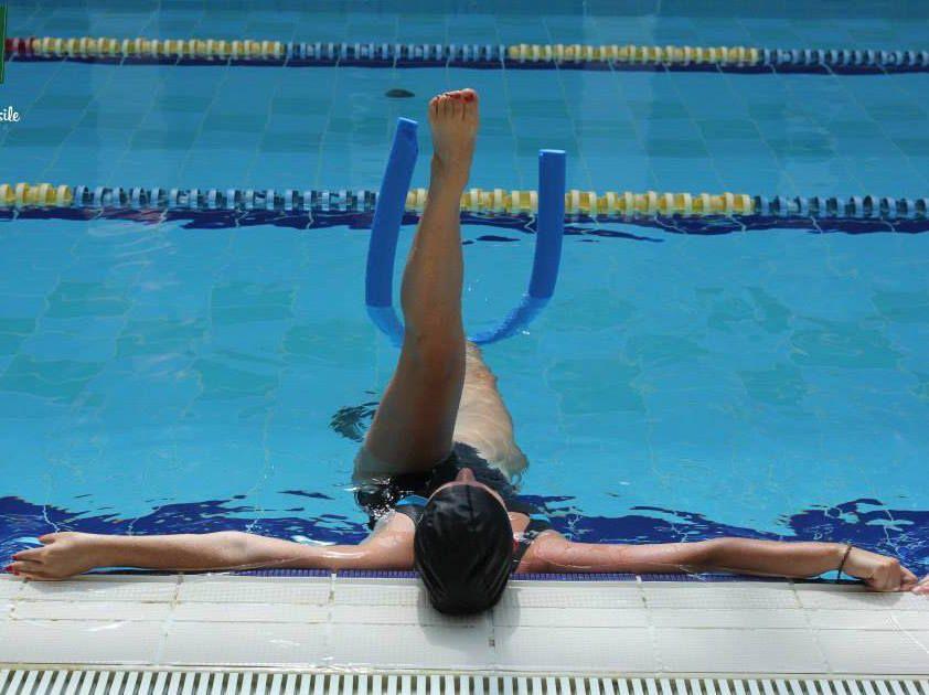 L'acqua offre una resistenza maggiore dell'aria e aiuta quindi a mantenere meglio le posizioni del Pilates
