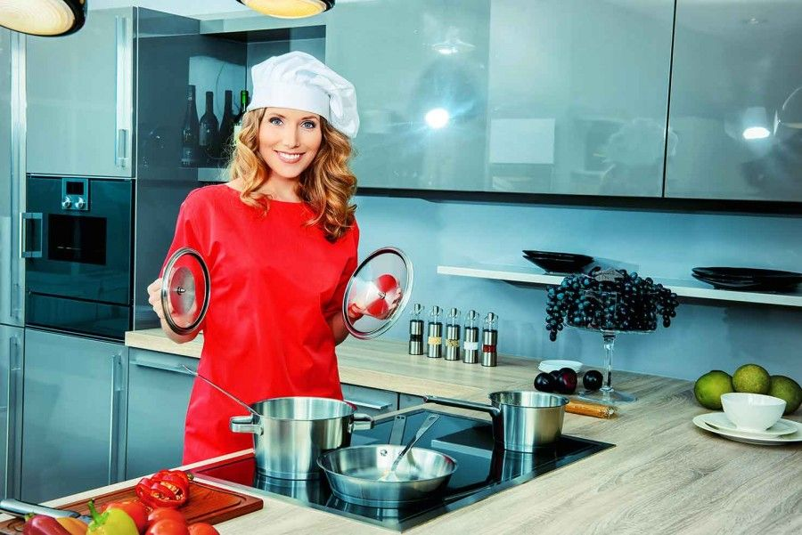 Beautiful-woman-coocking-in-kitchen