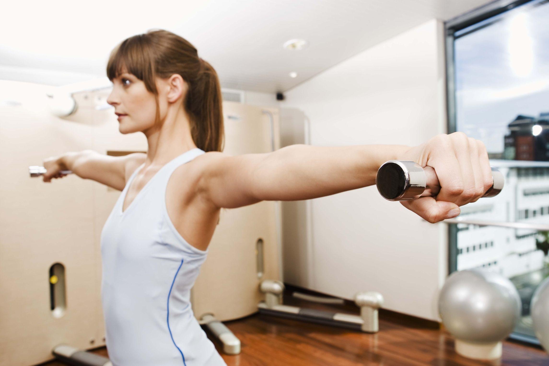 Esercizi con l'elastico per far dimagrire le braccia  (video)