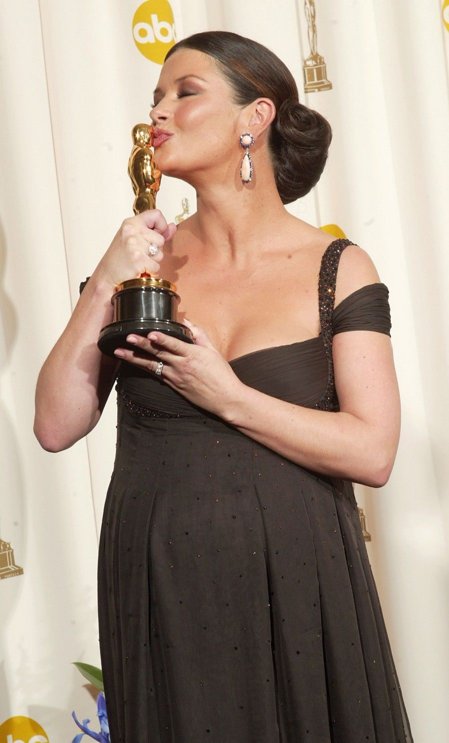 HOLLYWOOD - MARCH 23: Winner for Best Supporting Actress, Catherine Zeta-Jones poses backstage during the 75th Annual Academy Awards at the Kodak Theater on March 23, 2003 in Hollywood, California. (Photo by Robert Mora/Getty Images)