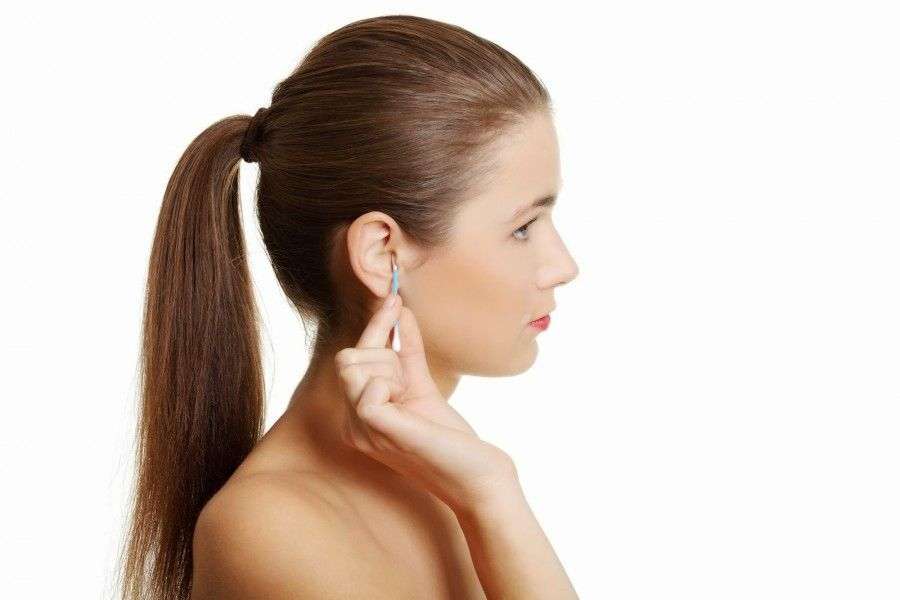Pulire le orecchie con i bastonicini di cotone