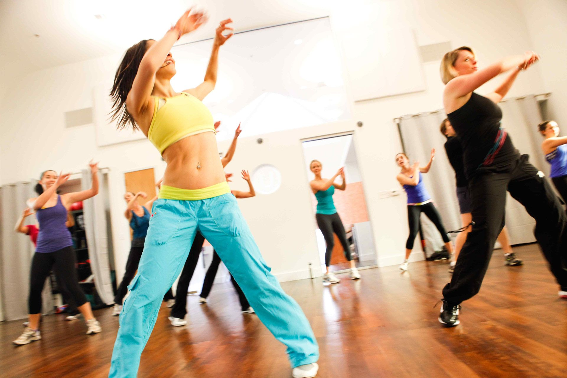 Una lezione di Zumba per allenarsi in casa (video)