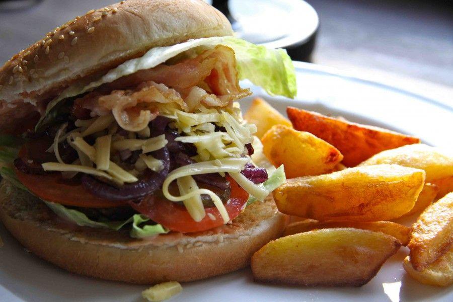 ...anche per il fighetto di turno, hamburger e patatine rimane sempre binomio certezza...
