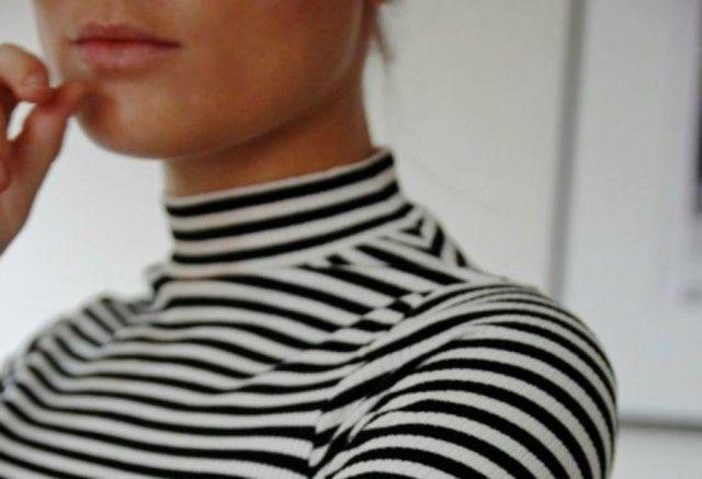 Riscoprite il collo alto nelle magliette.