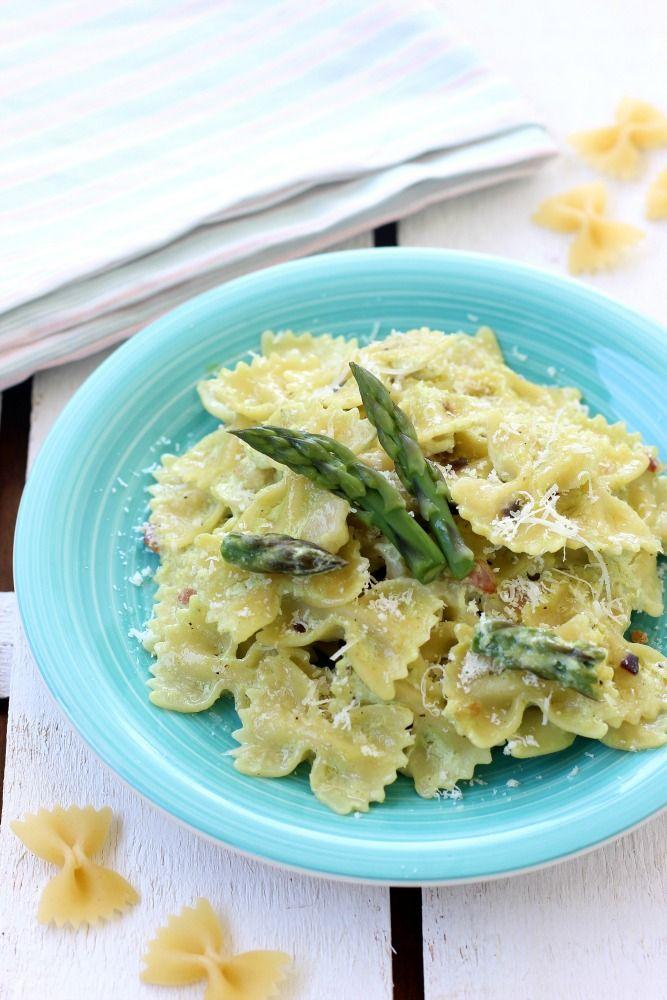 Farfalle con salsa alla ricotta, asparagi e pancetta