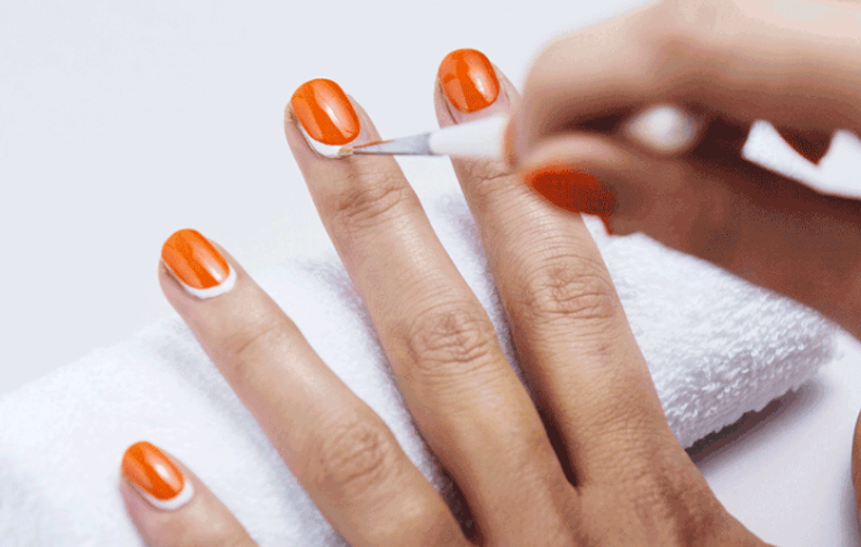 Chi ha la mano ferma deve proprio provarci: manicure bicolor salva smalto!
