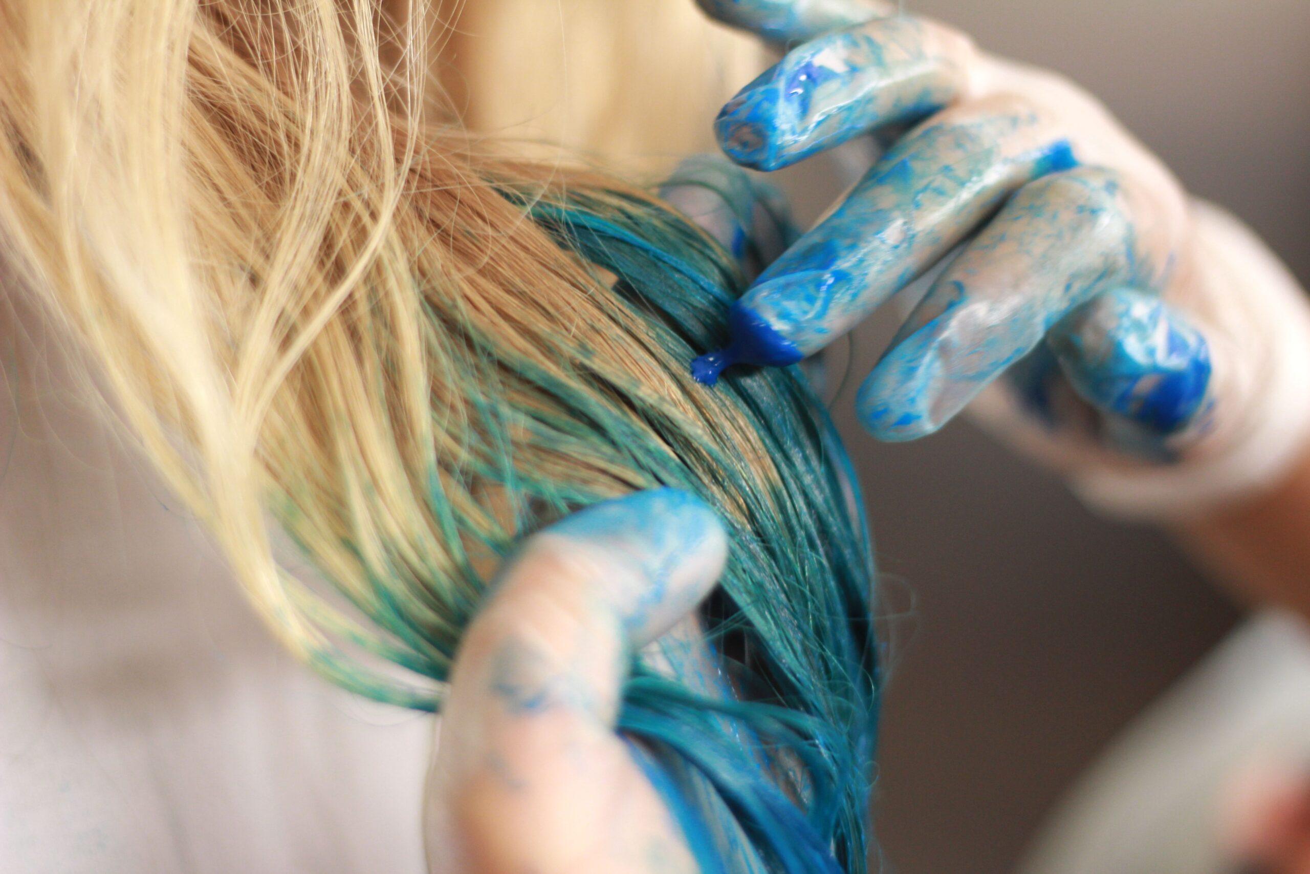 Ciocche di capelli colorate: come farle a casa