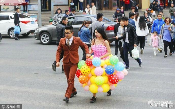Abito da sposa fatto con i palloncini