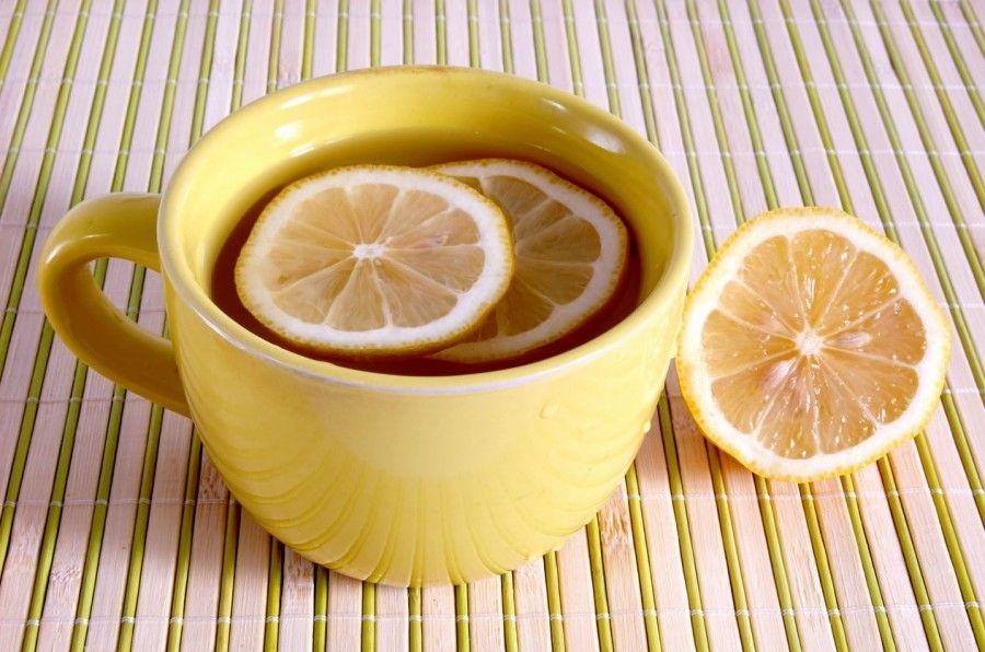 Acqua calda e limone al mattino