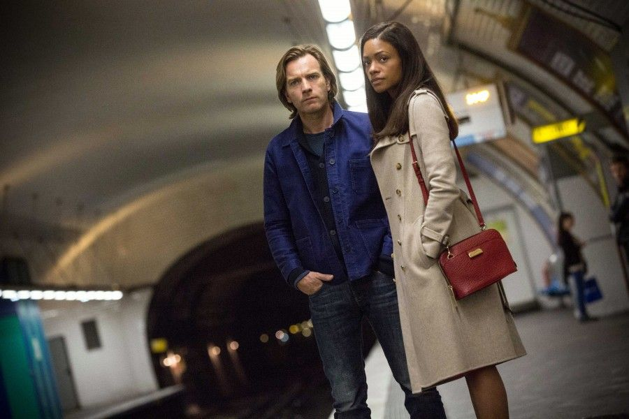 Ewan McGregor e Naomie Harris in Il traditore tipo