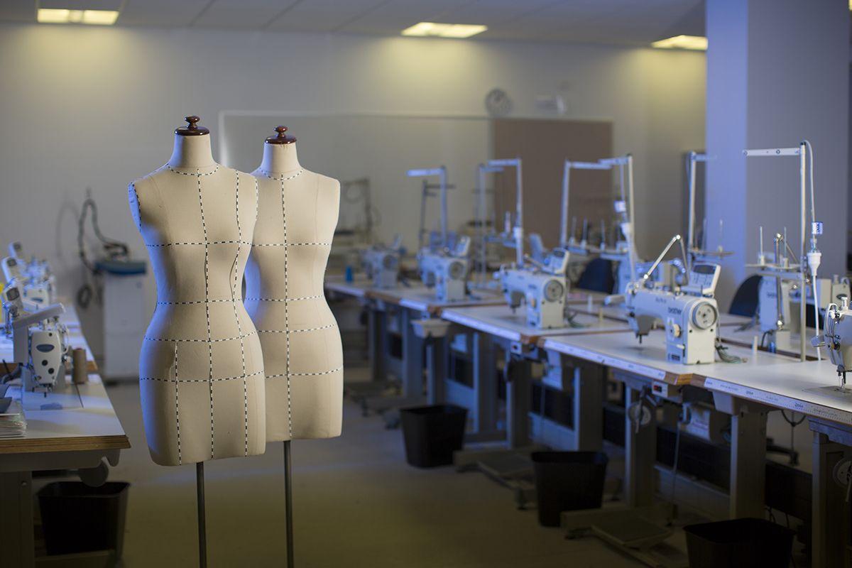 Abiti cuciti a mano o di produzione industriale: quali sono i migliori?
