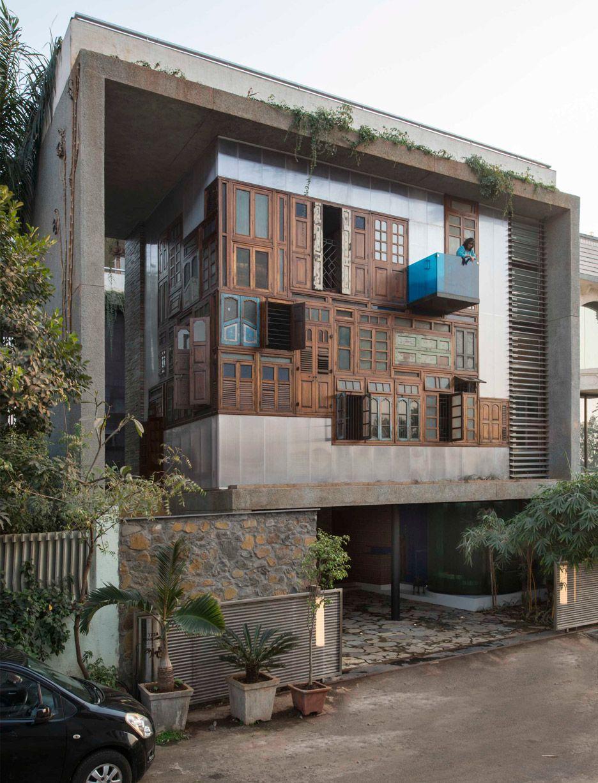 La facciata è realizzata con porte e finestre riciclate