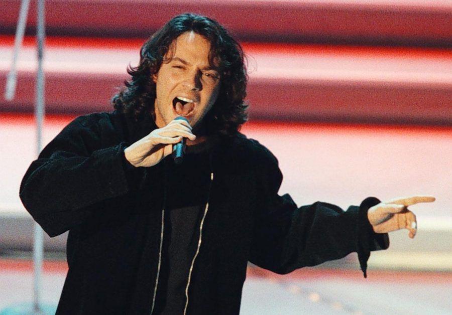 """Massimo Di Cataldo al Festival di Sanremo il 24 febbraio 1996, quando presento' il brano """"Se adesso te ne vai"""".    ANSA/ CLAUDIO ONORATI"""