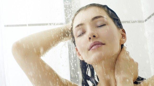 Dovremmo lavarci i capelli due o tre volte a settimana.