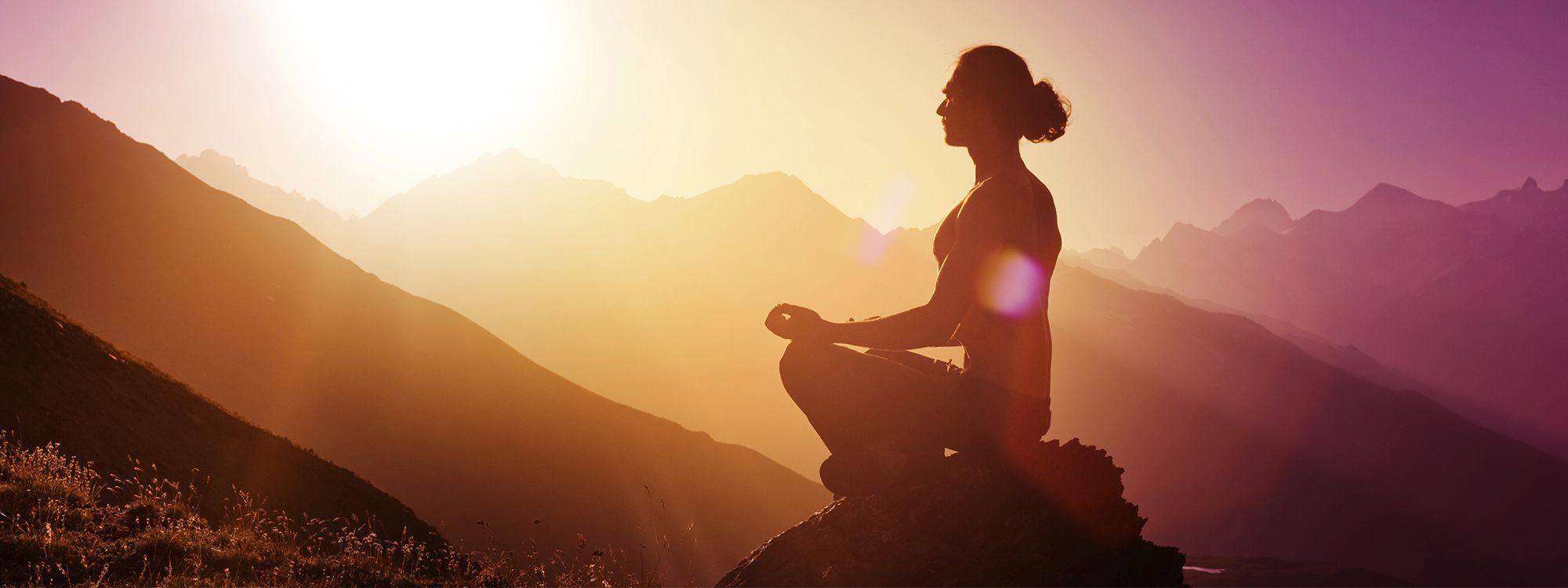 4 esercizi yoga davvero utili da fare anche a casa