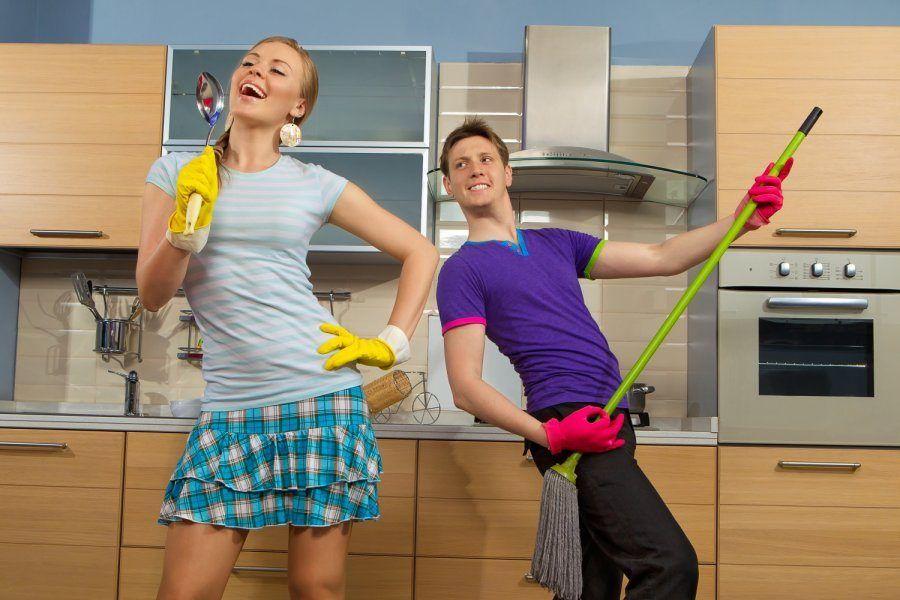 Uomini e donne che puliscono casa