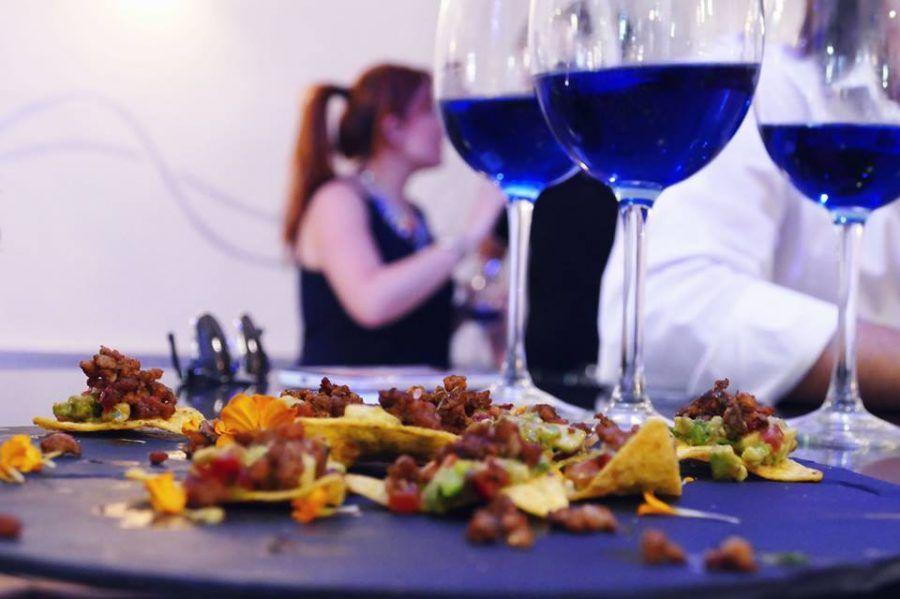 Dimenticatevi del vino bianco o rosso, è blu il vino di tendenza adesso!