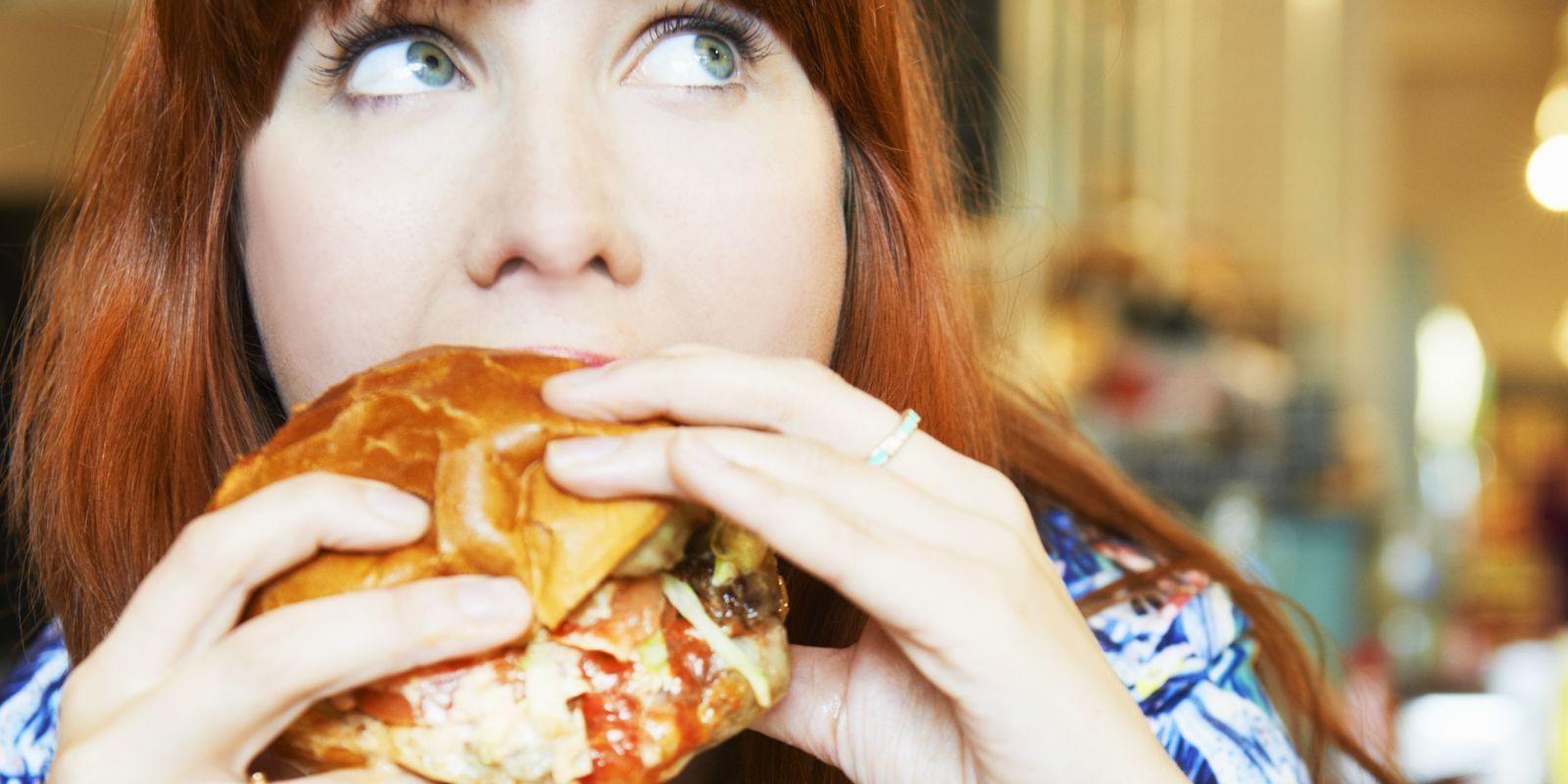 Mangiare troppo, tutte le conseguenze: non c'è solo l'aumento di peso