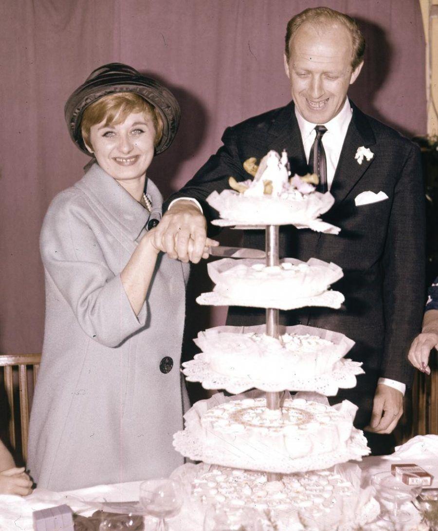 ...non posso mancare per il taglio della torta, così almeno mangio le cose più buone, e posso ballare a spese degli sposi!