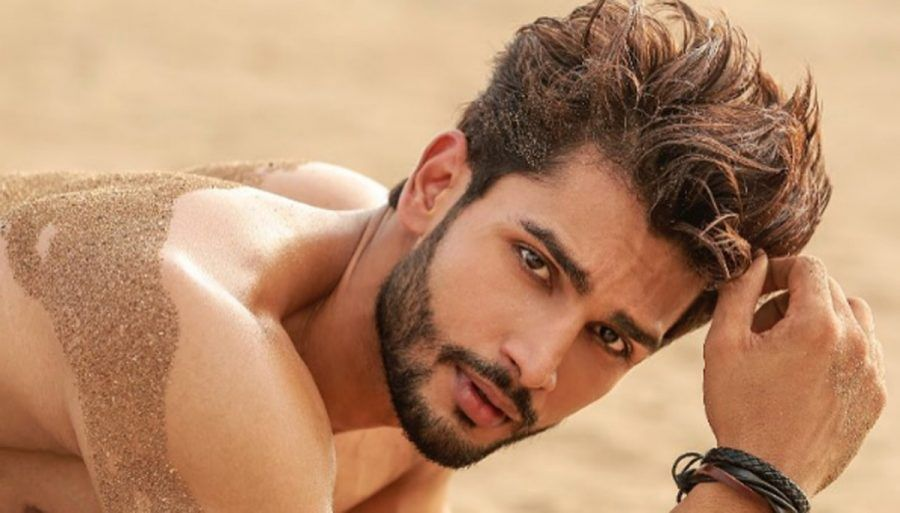 Rohit Khandelwal corre sulla spiaggia