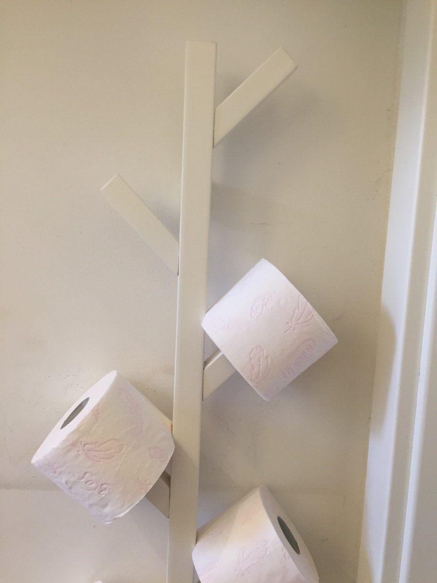 come creare un porta rotoli di carta igienica con un appendiabiti