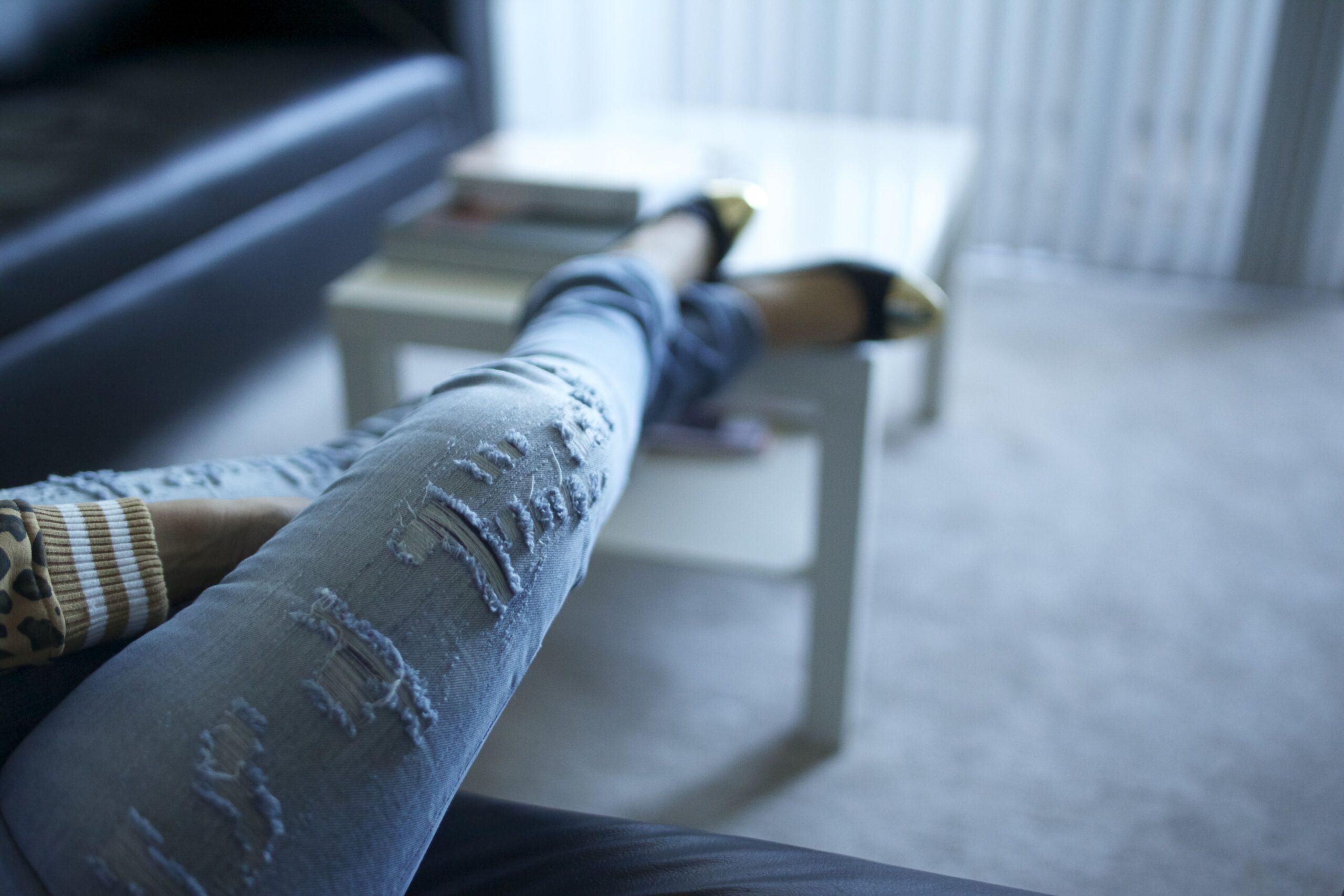 Come sfrangiare i jeans alla fine, sulle ginocchia e sulle cosce