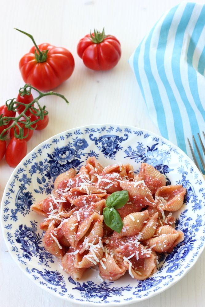 Pasta con pesto di pomodori freschi e basilico