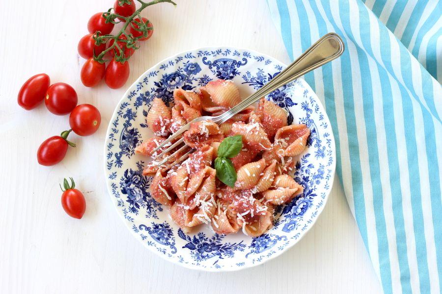 Pasta con pesto di pomodori, basilico e ricotta salata