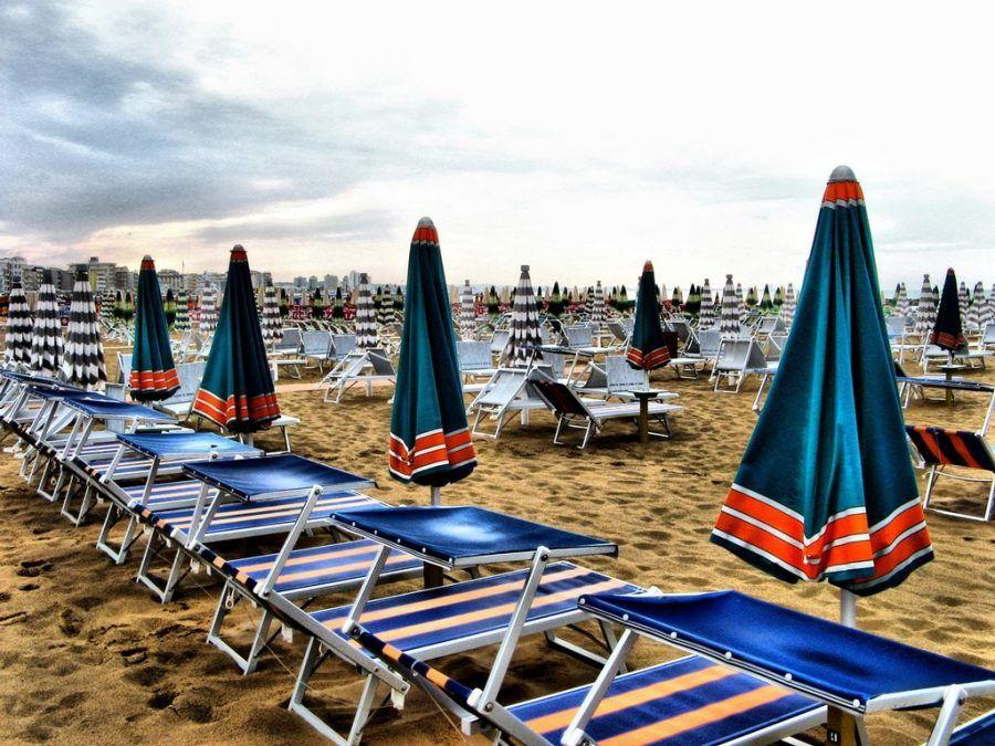 ombrelloni chiusi, cielo grigio, spiagge deserte.. eh si, l'estate sta finendo!