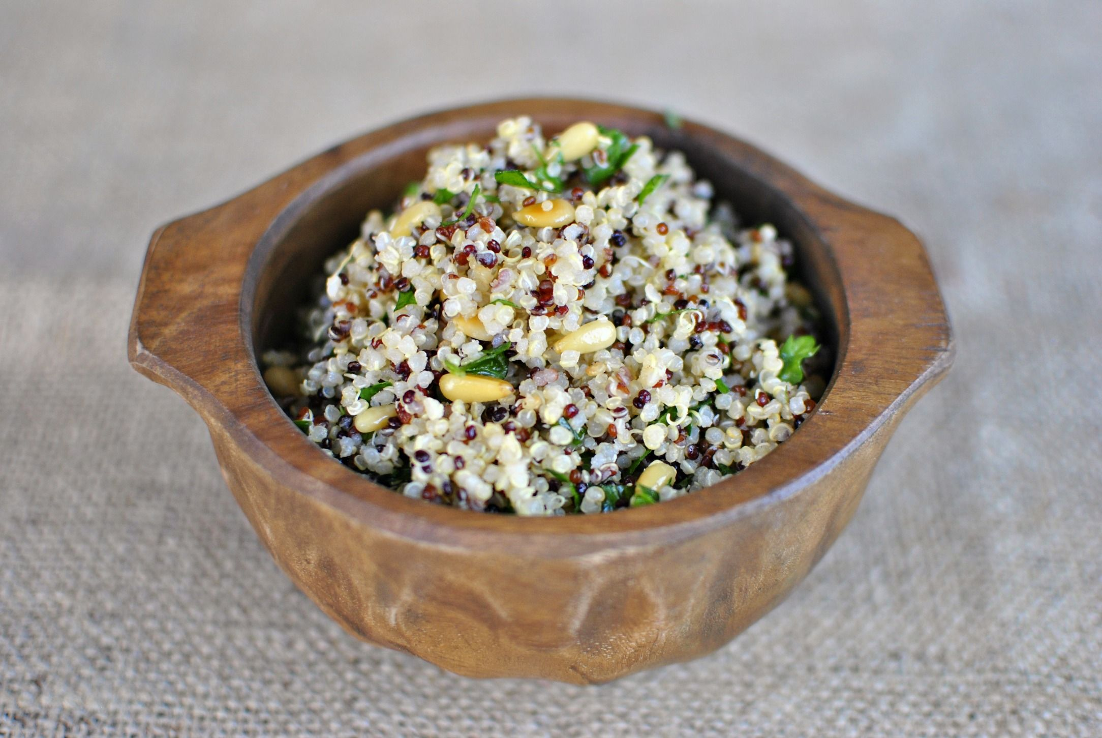 La ricetta dell'insalata di quinoa con noci e menta fresca