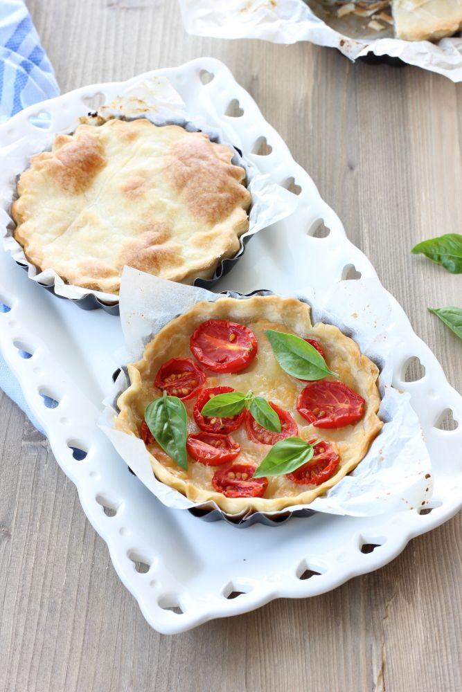 Torta salata pomodori mozzarella e basilico