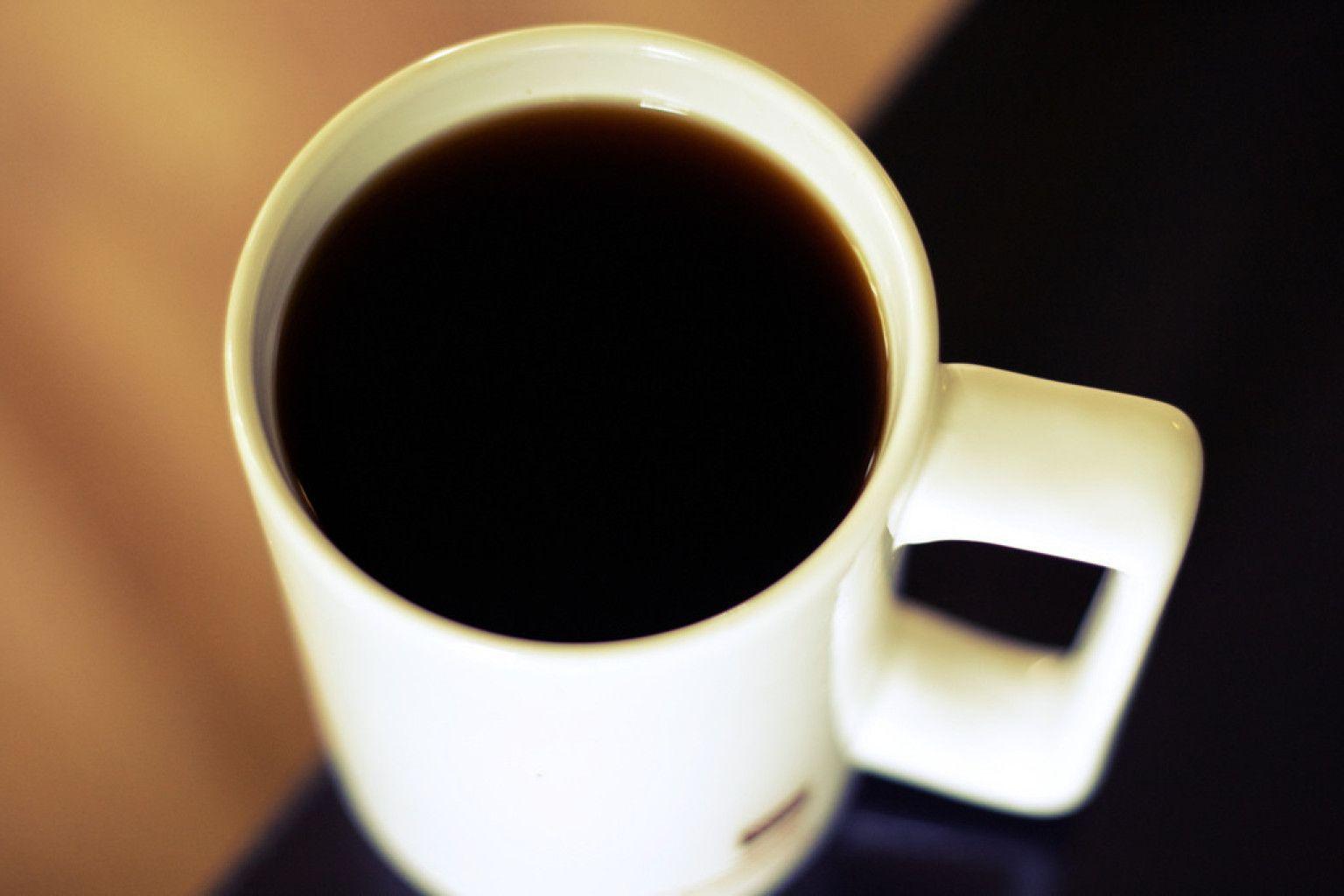 Ecco perché non dovremmo bere il caffè in aereo