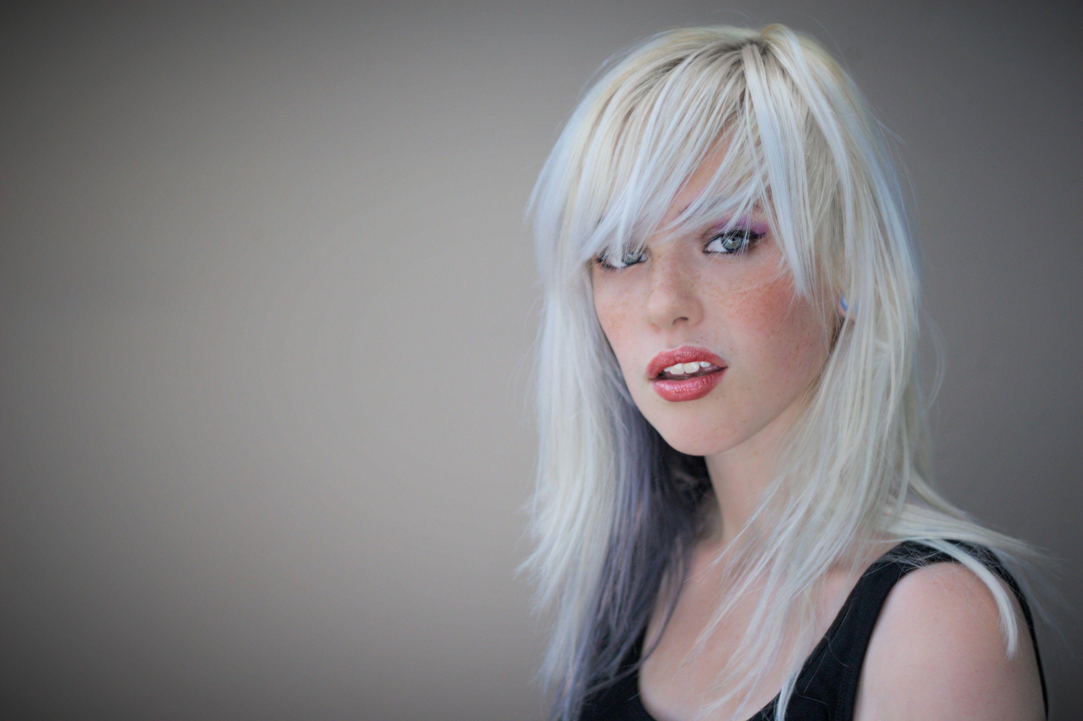 Innanzitutto andiamo dal nostro parrucchiere di fiducia e chiediamogli un  taglio che sia in grado di coprire i capelli bianchi che sono cresciuti  sulla ... a6b604967043