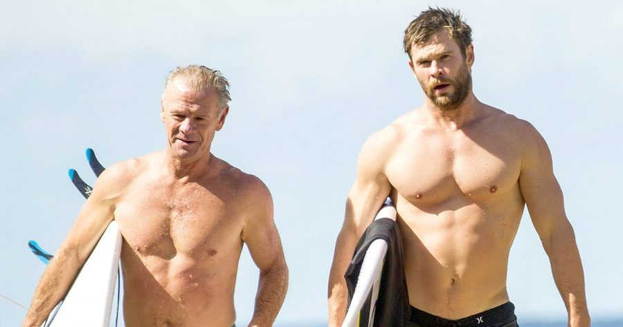 Chris Hemsworth fa surf con il padre