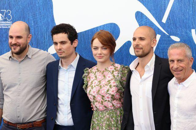 Emma Stone con il cast del film.