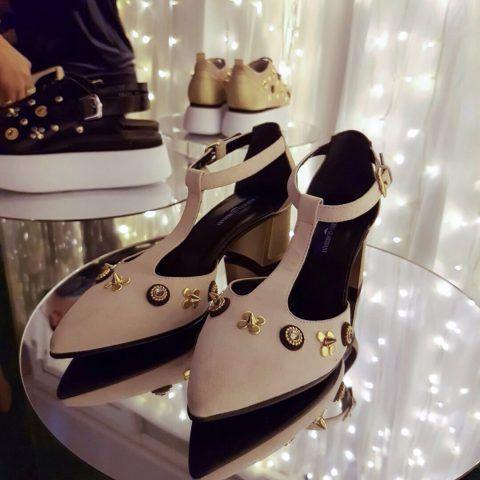 La linea di scarpe è divisa in tre parti: c'è quella con le borchie, dolci e delicate, non punk con piccoli Swarovski.