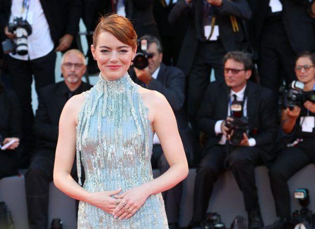 Emma Stone indossa un abito Atelier Versace
