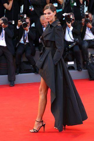 Bianca Balti sfoggia un abito asimmetrico molto chic!