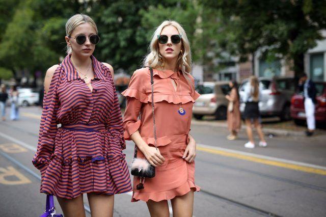 Milano Fashion Week, street style del secondo giorno: la cantante Caroline Vreeland e la blogger Shea Marie