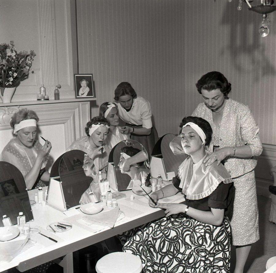 1954-ong-lessen-in-schoonheidsverz-bij-Elisabeth-Arden