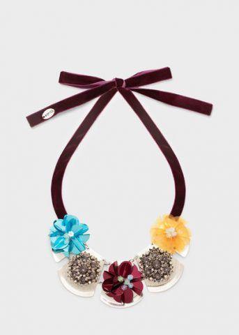 Collana con laccetto in vellutto e fiori 19,90