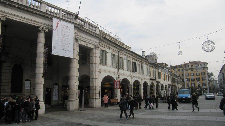 centro nevralgico dello shopping, davanti al favoloso teatro Grande