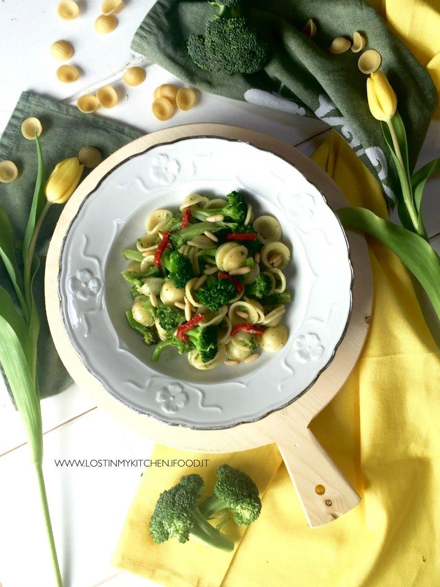 Orecchiette con broccoli piccanti, pinoli e acciughe