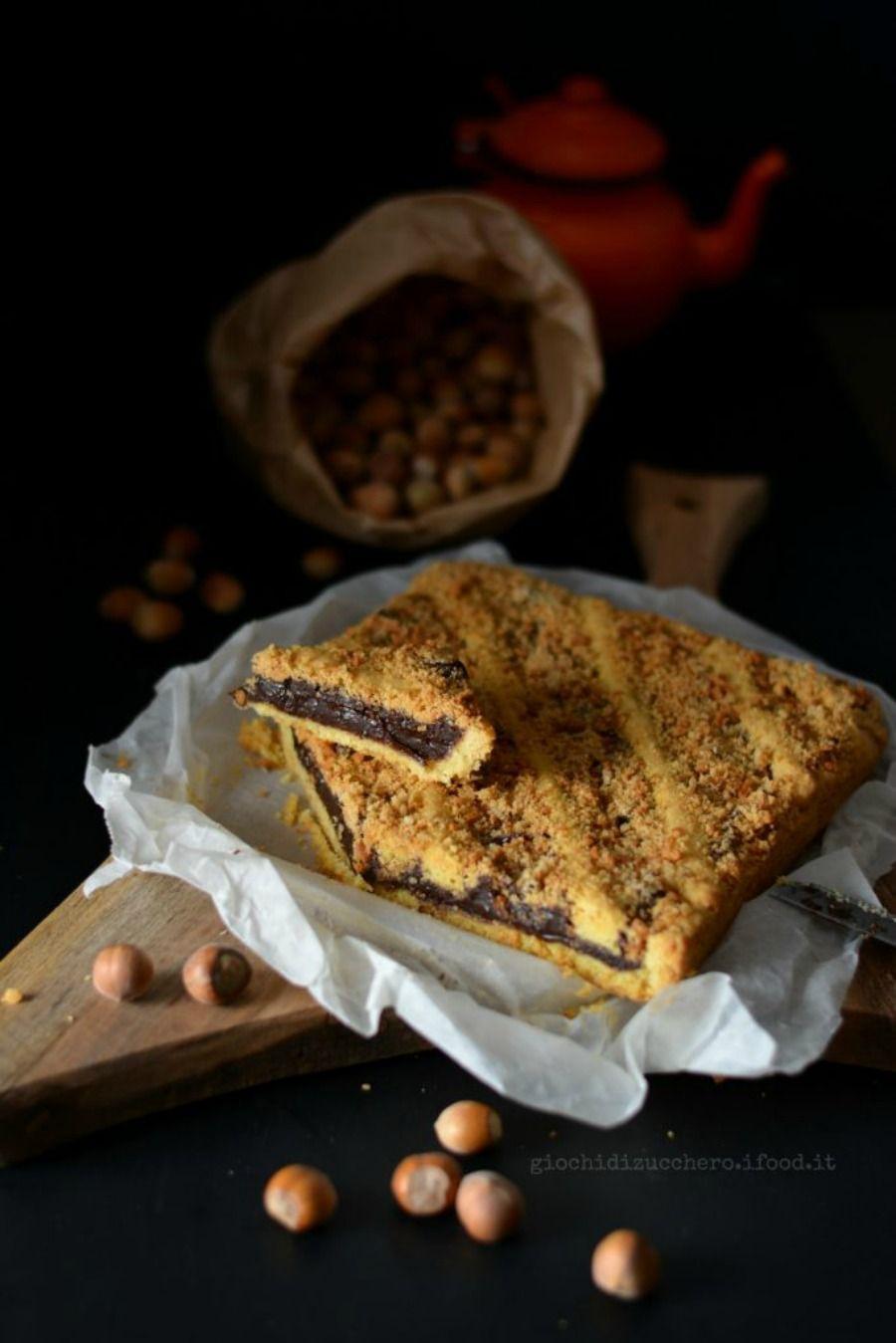 Crostata al cioccolato, nocciole e biscotti sbriciolati